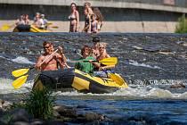 Lidé si uživájí horké letní dny u řeky Jizery na Malé Skále. Snímek je z 1. srpna.