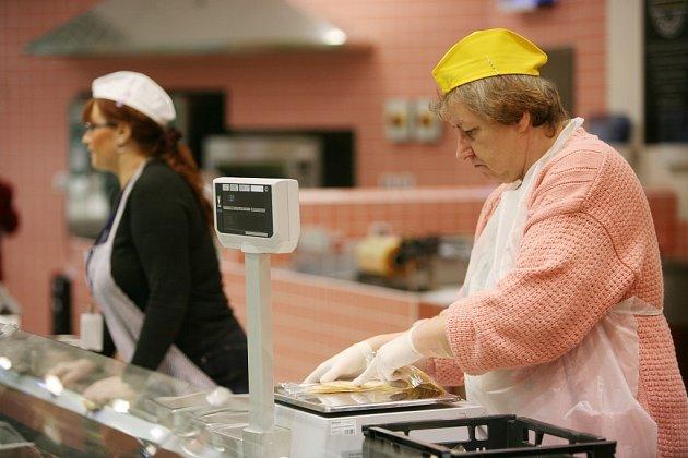 PRODAVAČEK JE MÁLO. Mezi profese, kterých se v kraji nedostává, patří také prodavačky v supermarketech.