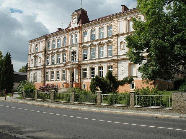 ŠKOLA. Budova obecné a měšťanské školy byla vystavěna v letech 1889–90 v historizujícím slohu podle návrhu libereckého architekta Eduarda Trossina. Tehdy do ní chodilo 900 dětí. Na věžičce se slunečními hodinami byly původně hodiny mechanické.