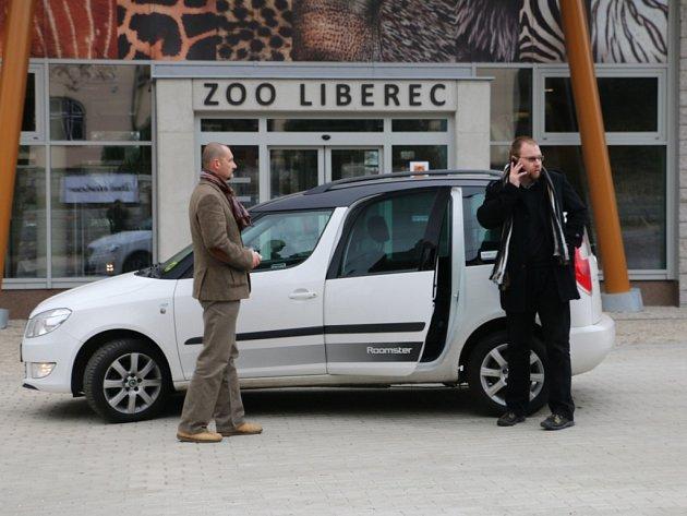 Sdílené auto před novým vstupem do liberecké ZOO.