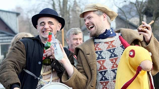 V Jítravě na Liberecku řádily v roce 2011 maškary v tradičním masopustním veselí.