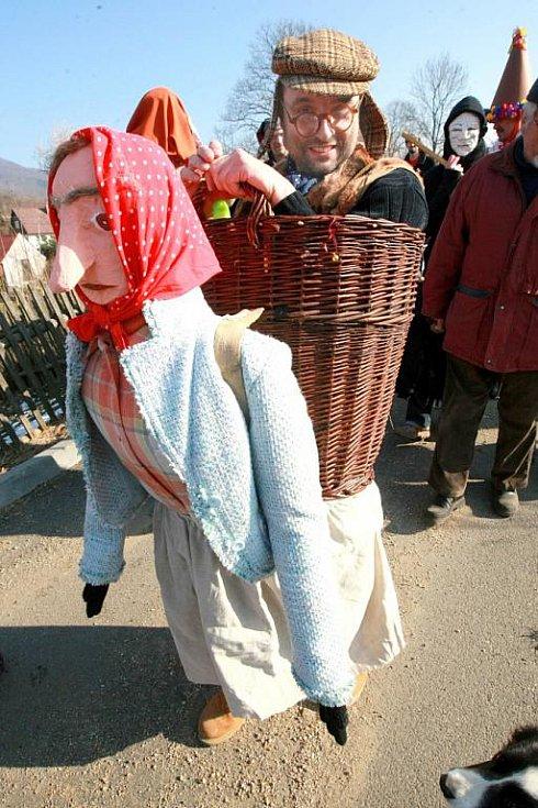 V Jítravě na Liberecku řádily první březnovou sobotu maškary v tradičním masopustním veselí.