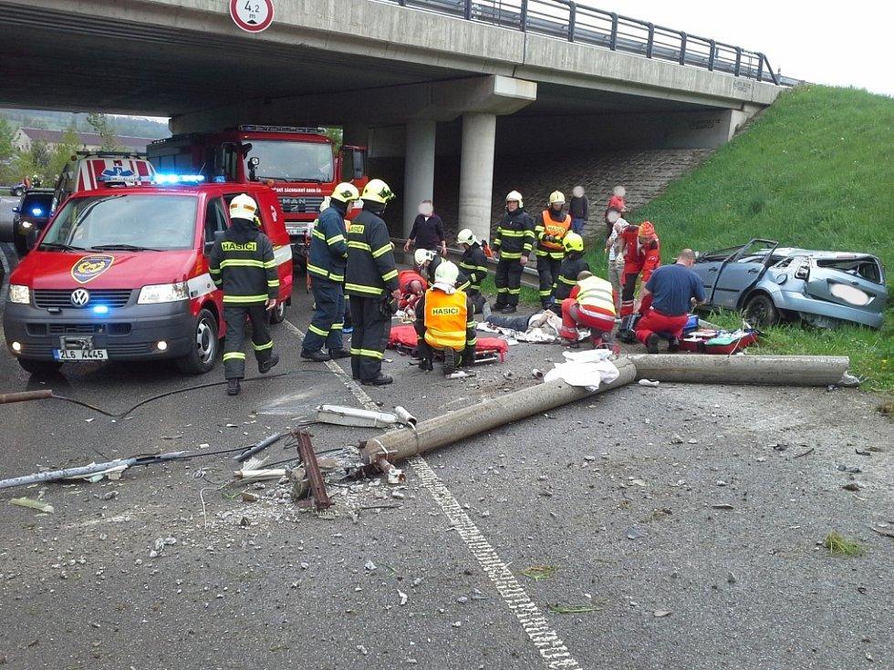 Dvě těžká zranění při nehodě u Jeřmanic, zasahoval i vrtulník.