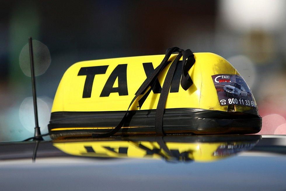Pietní kolona a smutení obřad za zavražděného taxikáře.