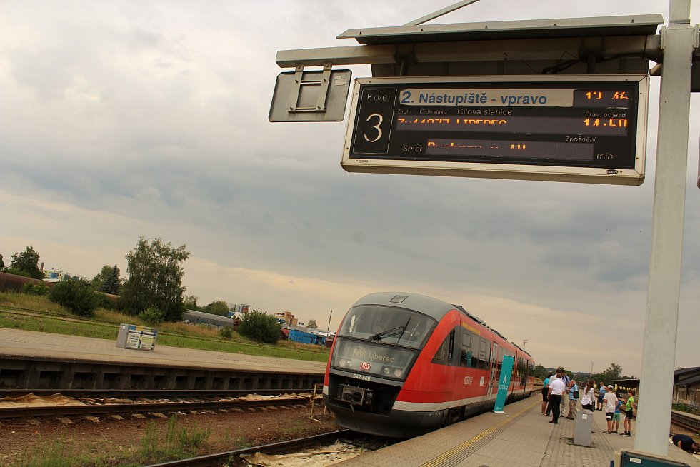 Prezentační jízda železničního dopravce Arriva na tratích v Libereckém kraji. Na snímku vlak Siemens Desiro zachycen ve stanici Turnov.