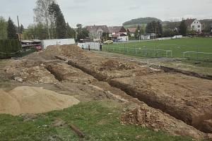 Takto vypadá prostor u fotbalového hřiště ve Višňové po demolici legendárního Betonku.