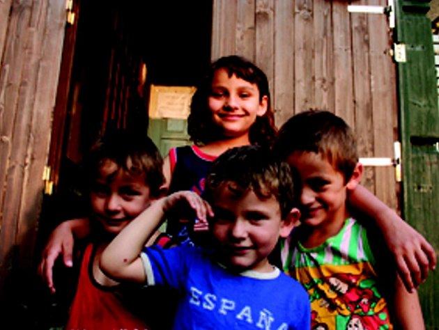 POLOVINA. Rodina již pohromadě  nebydlí. Když byli vystěhováni, museli se rozdělit. Nyní mladší sourozency bydlí s matkou v azylovém domě, otec se zbylými na ubytovně. Najít v Liberci byt pro tak početnou rodinu je téměř nemožné.