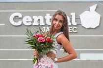 Dívka s květinou před OC Central Jablonec.