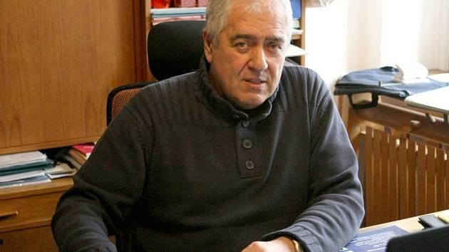 STANISLAV DOUBRAVA, ředitel Naivního divadla ve své kanceláři.