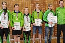 SLOVAN VESEC. Badmintonisté zleva: Mikezová, Vajsejtl, Foukalová, Bumbálek, Máchal a trenér Holata.