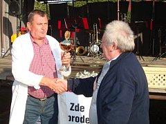 Pohár Karla Vokurky přebírá od předsedy ZO Višňová Milana Mládka Jaroslav Kolačný.