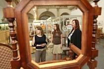 V Severočeském muzeu předvádějí absolventi Střední školy tvorby a designu a SOU nábatkářské svoje semestrální a závěrečné práce.Na výstavě dominují expozice s nábytkem. Studentky předvedly své modely na módní přehlídce.