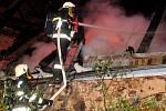 Neobydlený dům v Dolní Řasnici na Liberecku pohltily 29. dubna 2014 večer plameny.