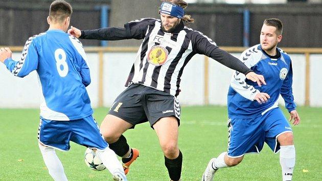 V souboji béček vyhrálo to rynoltické (černobílé dresy) nad domácím Hrádkem 1:0.