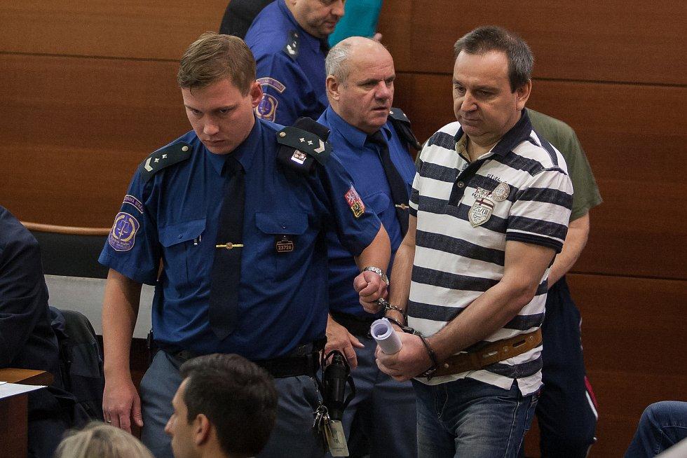 Šetření případu rozsáhlé výroby amfetaminu určeného pro švédský trh začalo 10. října u krajského soudu v Liberci. Na snímku vpravo je obžalovaný Jiří Brož.