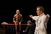 Generální zkouška černé komedie o vzniku rudé mumie, Leninovi balzamovači, proběhla 6. prosince v Malém divadle libereckého Divadla F. X. Šaldy. Premiéra bude 8. prosince. Na snímku zprava Zdeněk Kupka jako vědec Vlad a Václav Helšus jako Lenin.