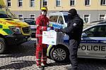 Policisté předali zdravotníkům do první linie respirátory FFP3.