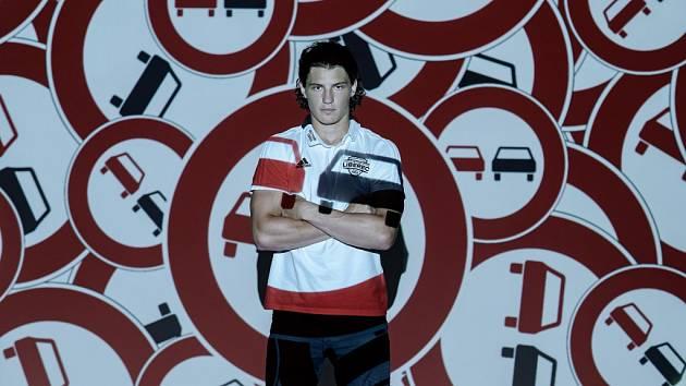 BEZPEČNOST PŘEDEVŠÍM. Jan Šír (útočník Bílých Tygrů Liberec) je jedním ze sportovců podporující bezpečnost na silnicích.