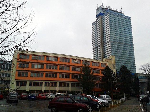 Budova Výzkumného ústavu textilních strojů (v popředí) bude jednou možná sloužit úředníkům krajského úřadu (v pozadí).