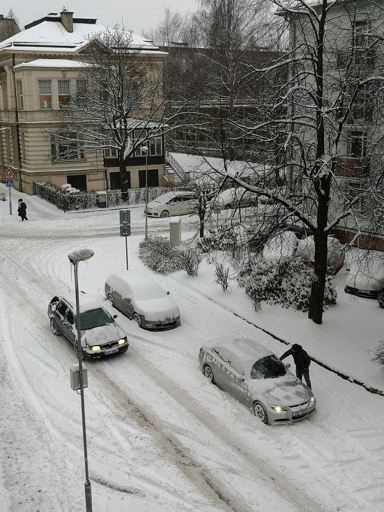 Lidé ráno odklízeli auta i vchody do budov.