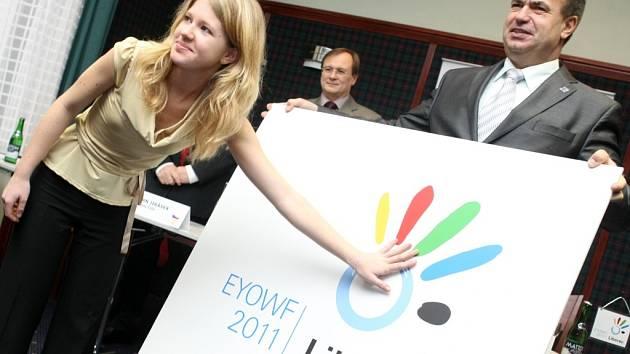 Autorka návrhu symbolu zimního festivalu mládeže Veronika Vysloužilová včera společně se zástupci pořadatele i hejtmanem kraje Stanislavem Eichlerem pokřtila logo.