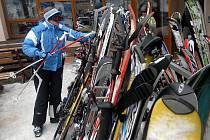 SVÉ LYŽE SI MUSÍTE HLÍDAT! Nejvíce lyžařského vybavení si zloději neprávem vezmou před bufety, restauracemi a dalšími provozovnami v lyžařských střediscích.