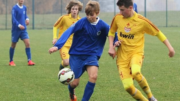 STŘELEC JEDINÉ BRANKY. Mikuláš Žďárský je vlevo na snímku s míčem.