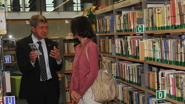 WILLI HAAG, člen kantonální vlády St. Gallen během své návštěvy srovnával také obě knihovny. Naše získala jeho obdiv.