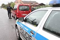 Ilustrační. Policie při silniční kontrole automobilu.