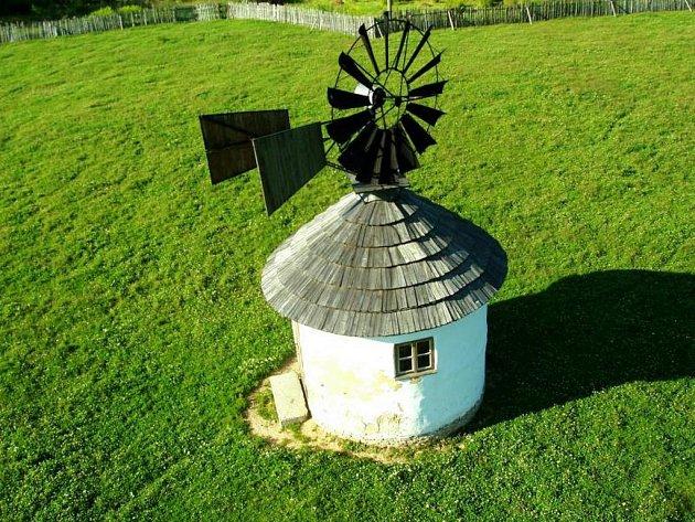 Větrný mlýn v Jindřichovicích pod Smrkem.