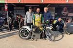 Věroslav Kollert s bratrem Tomášem a otcem Věroslavem u E motocyklu.