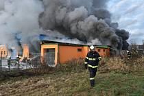 V areálu plnírny technických plynů v Turnově hoří.