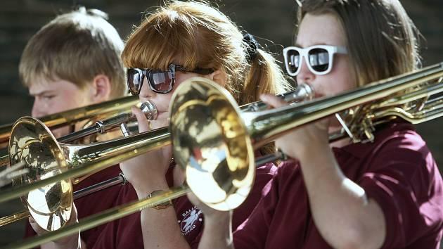 Balleskolens Brass Band na Letní scéně jabloneckého Eurocentra.