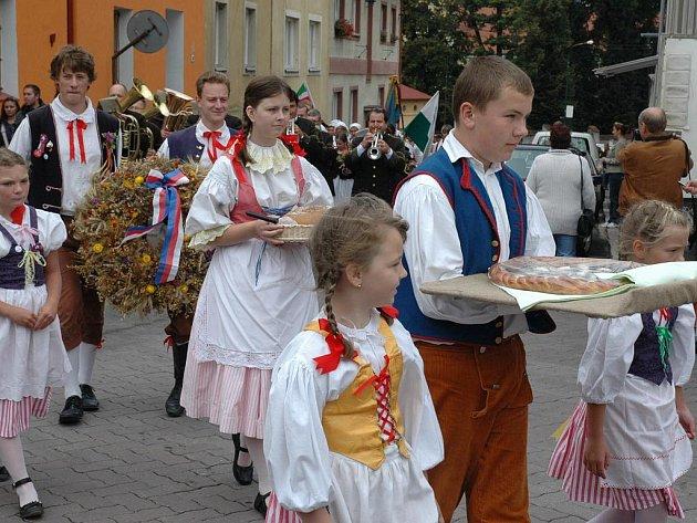 DOŽÍNKY. Slavnost, kterou vrcholí hospodářský rok. Na Liberecku se konají, jako přípomínka staletých tradic, už po deváté.