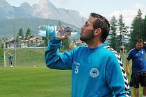 Andrej Kerić se občerstvuje pod horskými velikány.