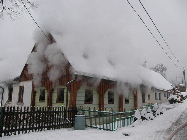 Při požáru roubenky v Mníšku se zranili tři lidé.