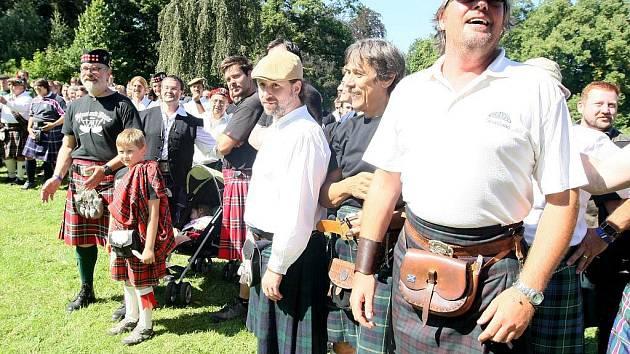 Skotské hry na Sychrově navštívilo přes sto třicet mužů v kiltech.