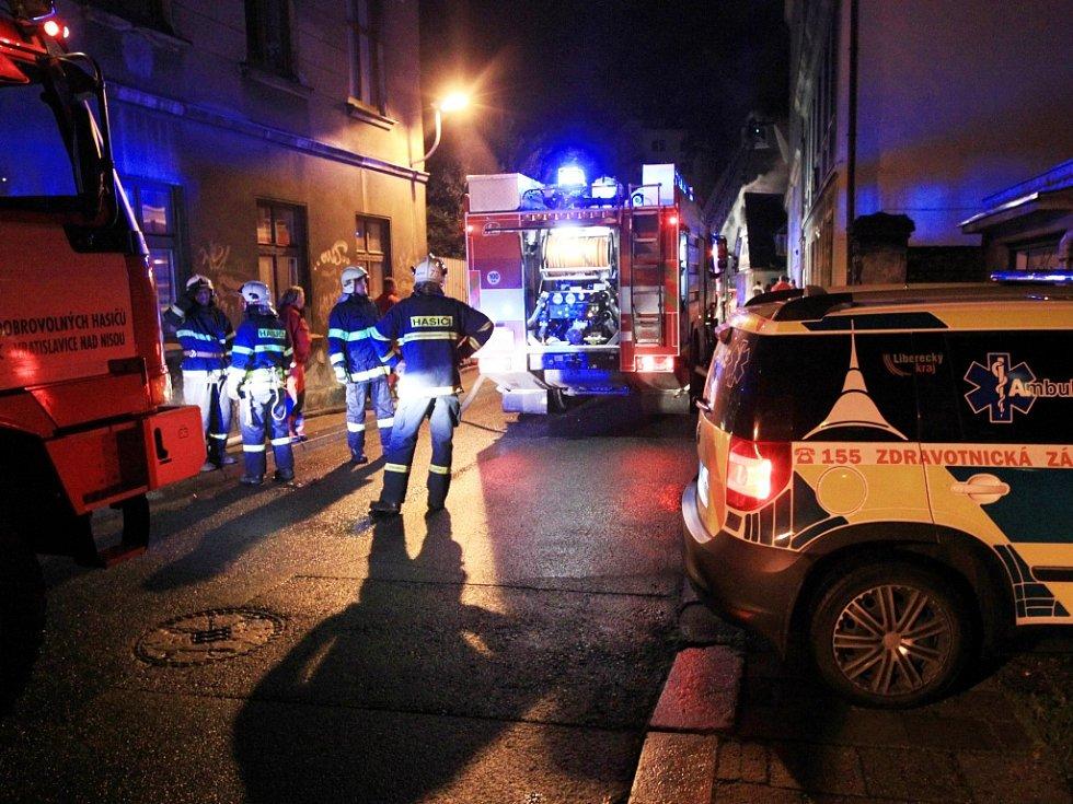 Obyvatele Liberce vyděsil v noci z úterý na středu požár v centru města. V ulici Na Svahu začal okolo půlnoci hořet dům, kam se podle místních obyvatel chodí ukrývat bezdomovci a narkomané.