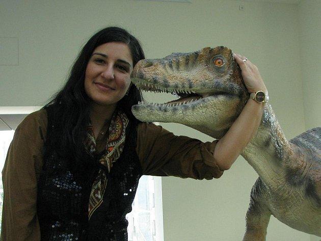 Oživit Plazu mají vymřelí druhohorní tvorové. Její manažerka Nancy Haisová je přesvědčena, že dvě patra plná pohyblivých a řvoucích dinosaurů, čtyřrozměrné kino, kavárna a restaurace bude dobrý důvod, proč v Plaze strávit celý den.