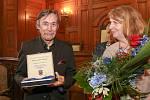 Herec Ladislav Dušek s medailí a ředitelkou divadla Jarmilou Levko.