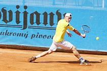 KVALITNÍ ATP CHALLENGER tenisový turnaj na kurtech U Jezírka začal o víkendu kvalifikacemi o čtyři volná místa do hlavní soutěže, které budou dnes od 10.30 hodin dohrány. Po nich začne hlavní soutěž 1. kolem.
