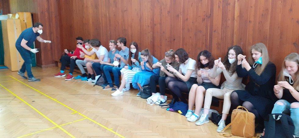 Studenti víceletého Gymnázia F. X. Šaldy dorazili v úterý 1. června ráno do malé tělocvičny na zkušební testování PCR testy.