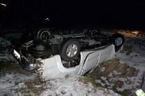 AUTO SKONČILO NA STŘEŠE. I přes děsivý pohled na tuto nehodu se nikomu z cestujících nic vážného nestalo.