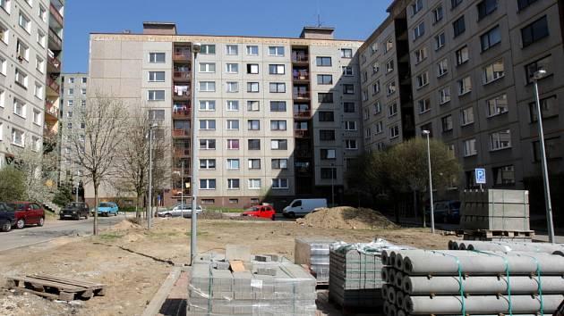 Rozsáhlými úpravami prochází parkovací plochy, hřiště i chodníky. V rámci projektu na sídlišti vyrostou nové stromky a boxy na kontejnery.