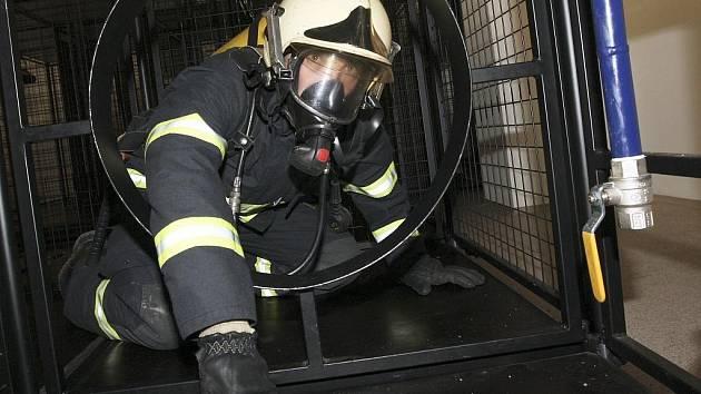 TRENAŽÉR. Spolu s teplickým profesionálním hasičem Milanem Tesařem jsem se rozhodl absolvovat protiplynový simulátore v rámci zatěžkávacích testů v dýchací masce a se sedm kilogramů vážící tlakovou láhví na zádech.