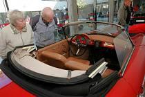 Nové multifunkční centrum ve Vratislavicích zdobí luxusní vozy Porsche.