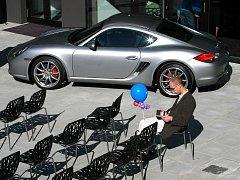 Nové multifunkční centrum zdobí luxusní vozy Porsche.