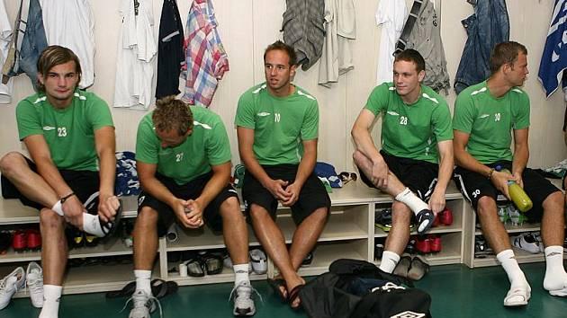ČEKÁNÍ. Jablonecké hráče zastihl los před začátkem tréninku. Zleva Vít Beneš, Jiří Valenta, Tomáš Jablonský, Ondřej Vaněk, Roman Valeš.
