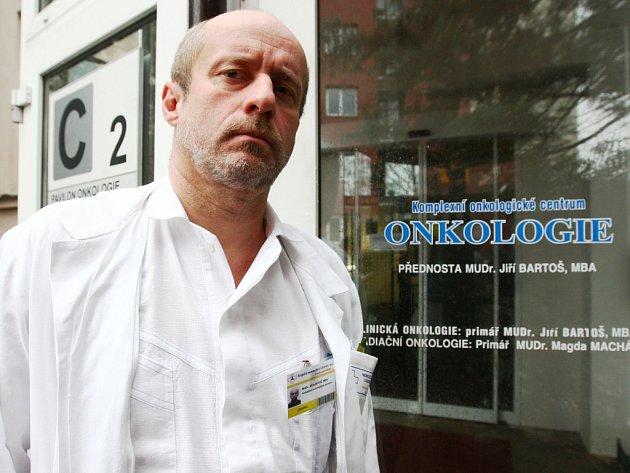 """""""I člověk, který byl před lety úspěšně vyléčen, se může dožít dalšího nádoru,"""" potvrdil  neradostnou realitu přednosta oddělení Komplexního onkologického centra MUDr. Jiří Bartoš, MBA."""