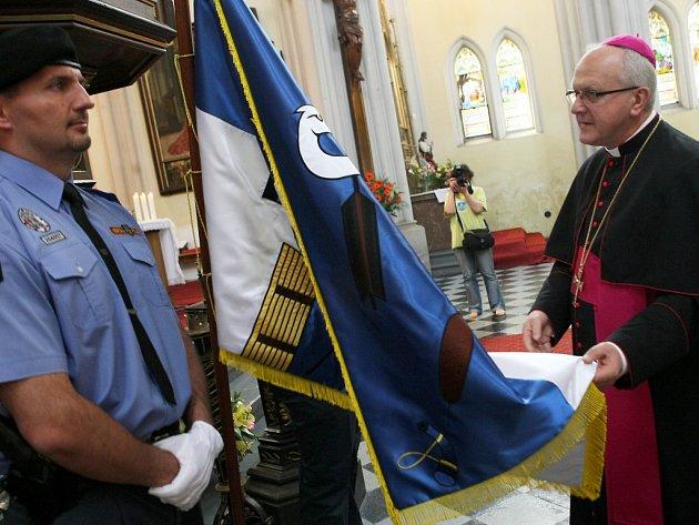 DECHOVÁ KAPELA VYHRÁVALA na cestě do kostela, kde biskup požehnal praporu.